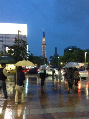 Walking in rainy Nagoya in the evening. Just how beautiful is this..