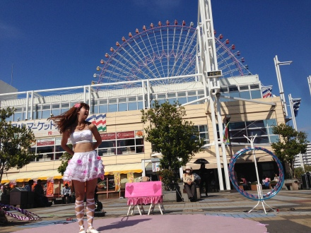 Street Performance outside the Aquarium. I sat and watch with Hokkaido soft-served icecream ;p